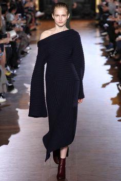 Все модницы хотят выглядеть нарядно и элегантно во все времена года. С приходом холодов, легкие ажурные платья и сарафаны прячутся подальше в гардероб.