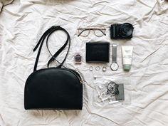 Purse Essentials, Fashion Essentials, What In My Bag, What's In Your Bag, Inside My Bag, What's In My Purse, Magic Bag, Minimalist Chic, Flat Lay Photography