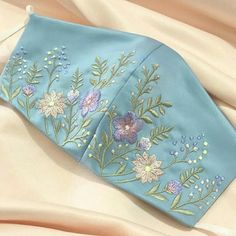 Inspire-se: Máscaras para eventos sociais Diy Embroidery Flowers, Couture Embroidery, Embroidery On Clothes, Indian Embroidery Designs, Hand Embroidery Patterns Free, Bordado Floral, Diy Couture, Sewing, Fashion