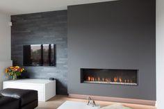 Haard & tv mooi geheel met donkere wand, natuursteen zorgt voor interessant contrast