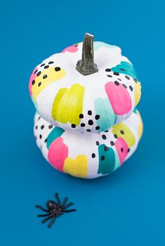 The best DIY projects & DIY ideas and tutorials: sewing, paper craft, DIY. Diy Crafts Ideas Put Down the Knife: Creative Painted Pumpkin Ideas for Halloween -Read Spooky Halloween, Halloween Porch, Diy Halloween Decorations, Holidays Halloween, Halloween Pumpkins, Halloween Crafts, Halloween Countdown, Halloween Inspo, Halloween 2018