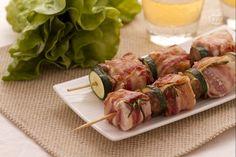 Gli spiedini di pollo sono un secondo piatto sfizioso e molto veloce da preparare. Morbidi bocconcini di pollo vengono alternati alle verdure per ottenere degli spiedini davvero appetitosi.