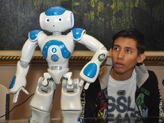 Augusto Escudero y el robot que logró programar para que dé charlas del Canal. Universidad Nacional de Panamá / Eliezer Oses/ La Estrella de Panamá