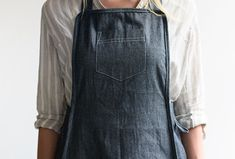 11 Work Aprons: Keeping Clean While Getting Dirty - Gardenista Spray Hose, White Flower Farm, Work Aprons, Plant Table, Gardening Apron, Landscape Fabric, Sewing Aprons, Public Garden, Denim Fabric