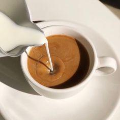 """차정원 on Instagram: """"지금마시면 안 되겠죠"""" Coffee And Books, Coffee Love, Coffee Break, Morning Coffee, Brown Coffee, Coffee Shop Aesthetic, Aesthetic Food, Mode Poster, Coffee Photography"""