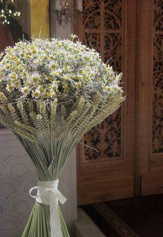 :: Bouquet – arrangement of tanacetum, wheats & tillandsia