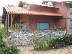 Esta residência situa-se em área rural, aonde encontram-se importantes nascentes de água e uma comunidade ecológica. A intenção do morador em sua construção era reduzir os impactos em respeito ao…