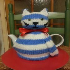 Knitted retro cat tea cosy