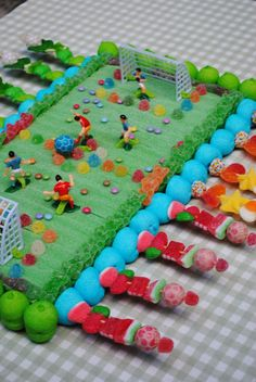 This treat is perfect for the football fans! Good idea for a school treat for boys and girls. Soccer Cake, Chocolate Popcorn, Sweet Trees, Candy Cakes, Best Candy, Candy Bouquet, Candy Gifts, Food Themes, Food Humor