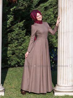 Kübra Biriktir فستان - بمربعات - ياقة الدراجة - بني