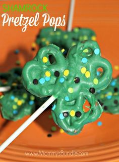 Patrick's day recipes? Then these easy to make Shamrock Pretzel Pops are sure to please. Perfect for those who like a little chocolatey & salty foods for desserts. CLICK through for the exact recipe! Holiday Treats, Holiday Fun, Holiday Recipes, Holiday Candy, Holiday Foods, Holiday Baking, Festive, Holiday Decor, St Patrick Day Treats