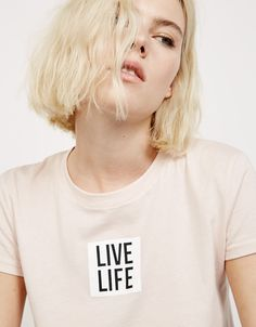 Camiseta 'Live/Life' - Camisetas - Bershka Mexico Shirt Print Design, Tee Design, Shirt Designs, Blouses For Women, T Shirts For Women, Look Girl, Personalized T Shirts, Ladies Day, Cool Shirts