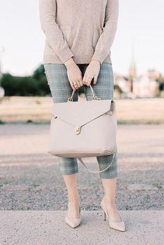 New bag!   pinjasblog Nude Furla Tortona - Uusi laukku - Beige Furla Tortona - tähän mahtuu myös läppäri! #ruutuhousut #nudebag #workbag #checkedpants #työvaatteet #workoutfit #outfit #style Furla, New Bag, Eminem, Hermes Kelly, Cool Style, Style Inspiration, Beige, Beautiful, Fashion