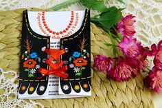 Zaproszenie ślubne w stylu góralskim, które swoim kształtem imituje/przypomina góralski serdak, będący elementem tradycyjnego damskiego stroju góralskiego. Jest to zaproszenie ręcznie robione. Tekst w zaproszeniu jest w pełni edytowalny.