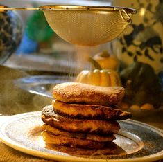 pumpkin fritters - looks like a hefty pancake. Scroll down a ways on this page -- yes, it is there.among many other recipes that look good. South African Desserts, South African Recipes, Pumpkin Recipes, Fall Recipes, Yummy Snacks, Yummy Food, Pumpkin Fritters, Best Dishes, Side Dishes