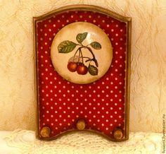 Купить или заказать Вешалка 'Вишня' в интернет-магазине на Ярмарке Мастеров. Вешалка с объемным медальоном под старину.