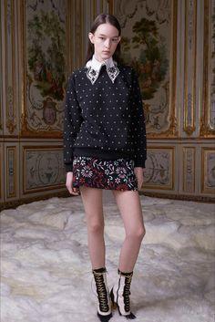 Guarda la sfilata di moda Giamba a Milano e scopri la collezione di abiti e accessori per la stagione Collezioni Autunno Inverno 2017-18.