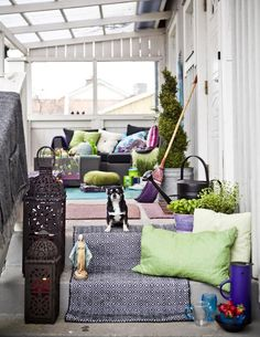 Inspiration til at skabe liv på altanen med tekstiler (og kæledyr!)