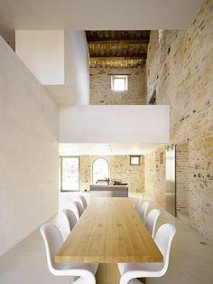 rehabilitación de vivienda rural como loft, paredes de ladrillo, isla como cocina