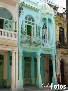 Is it weird that I would totally live in this? Edificios en la Habana #Cuba