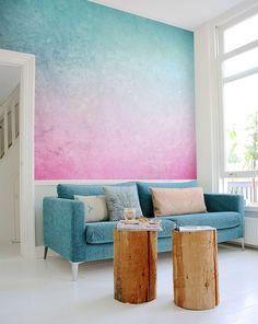 Un papier peint imprimé sur le mur du salon pour faire entrer la couleur dans le séjour.