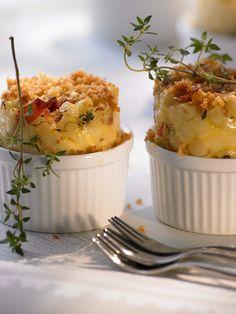 bereiden: Kook de pasta half tot beetgaar. Vet de 6 schaaltjes in met boter en bekleed met bakpapier. Zorg ervoor dat het papier 2 cm boven de rand uitsteekt. Stoof de ui glazig in boter. Voeg de ham toe en neem van het vuur.