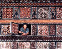 Detail van één van de prachtige huizen in Toraja land op Sulawesi. Bali, Indonesian Art, Tropical Architecture, Dutch East Indies, Vernacular Architecture, Global Style, Southeast Asia, Astronomy, Tours