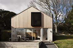 The Stradwick House, Auckland, 2012 / design: Space Division Plane 2, Modern Tropical House, Timber Cladding, House Cladding, Barns Sheds, Shed Homes, Architect Design, Residential Architecture, Exterior Design