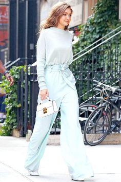 Gigi Hadid usa calça com amarração e tricot.