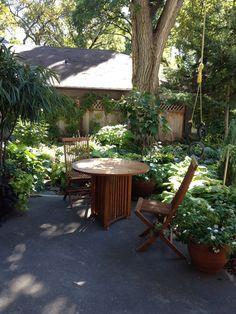 Lush patio garden want!