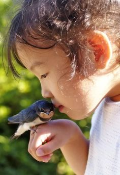 Il n'y a que la tendresse qui puisse égaler le respect. Precious Children, Beautiful Children, Beautiful Birds, Animals For Kids, Baby Animals, Cute Animals, Kids Around The World, People Of The World, Cute Kids