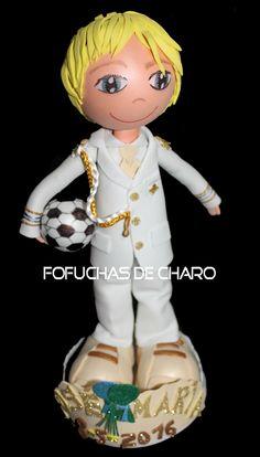 José María y su balón     Otro comulgante esta vez con su balón y con su traje de piloto naval.  chicos comunión fofuchas personalizadas regalo