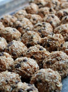 Homemade Freezer Friendly Energy Bites -- These are SO good and perfect for summer snacks! Also has a list for 4 weeks of making food to fill your freezer. a good list too with recipes Freezer Cooking, Freezer Meals, Snack Recipes, Cooking Recipes, Healthy Recipes, Frugal Recipes, Good Food, Yummy Food, Energy Bites