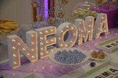 Sweet table violet, blanc et gris pour NEOMA par Studio Candy - Cupcakes violets, cake pops violets, sablés décorés, meringues Meringue, Table Violet, Bar A Bonbon, Cake Pops, Cupcakes, Candy, Table Decorations, Studio, Desserts