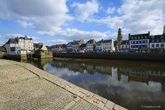 Landerneau se situe dans la rade de Brest, sur les rives de l'Elorn, au carrefour du Léon et de la Cornouaille. Grâce à un patrimoine architectural très riche, (plusieurs bâtiments classés), se balader dans le centre ville est un enchantement : maisons en pierre de taille, aux façades à pan de bois et recouvertes d'ardoises... jusqu'au très célèbre pont habité. | Finistère Tourisme