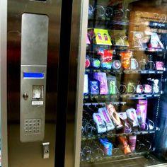 http://caperucitasdeasfalto.com/2014/11/17/socorro-para-consumidores-tardios/ Maquina expendedora de emergencia