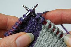 A description of the knitting technique: 'Neater intarsia'. The article includes photos. Intarsia Knitting, Knitting Help, Knitting Stitches, Baby Knitting, Knitting Patterns, Changing Colors In Knitting, Knit Art, Yarn Inspiration, Knit Fashion