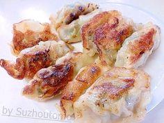 「表面パリッ中身ジューシー餃子の焼き方」頂き物の手作りの冷凍餃子なので美味しく焼いて(^-^;簡単なようで思うようになかなか焼けず、惜しい!そんな経験ってけっこう有りますよね。【楽天レシピ】