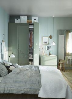 PAX garderobekast | #IKEAcatalogus #nieuw #2017 #IKEA #IKEAnl #bed #slaapkamer #gaderobe #kledingkast #groen #spiegel #lamp #dekbed