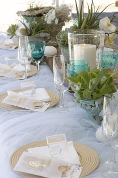 Me gusta: las plantas (aunque la maceta me parece demasiado rococo), las velas e incluso el cristal turquesa. No me gusta: demasiado recargado, plato dorado.