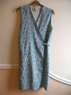 My Grandma always wore one of these over her house dress in the and - she called it her smock. Make Do And Mend, How To Make, How To Wear, 1940s Fashion, Vintage Fashion, Womens Institute, Granny Chic, Workwear Fashion, Apron Dress