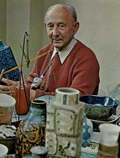 Nils Thorsson 1898-1975 Aluminia artistic director for more than 30 years (1932-1969). It was a turbulent period for both the old, venerable porcelain manufacturer Royal Copenhagen and faience Alumina, both had to reinvent itself to keep up with the time in the mid-1900s. Kilde: boligkultur.dk