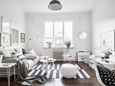 White & grey living room Dunkler Boden, kein Naturholz