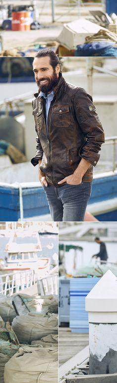 Jeder Mann sollte eine gute Lederjacke besitzen – besonders, wenn sie so lässig und sportlich ist wie diese. Die angesagte Waschung, der Stehkragen, die verstellbare Schnalle und das Metall-Label auf dem Ärmel machen den Style-Allrounder zum absoluten Hingucker mit Coolness-Faktor.