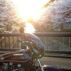【jetgarage】さんのInstagramをピンしています。 《警報解除のはずが朝からバカスカ降りまして朝の会議前に全員で雪カキ。 もうそろそろピカーンと晴れて ふぁ〜っと桜なんて咲いて欲しいもんです。  #桜#sakura#cherryblossom#sunset#Spring #Z1R#kawasaki#oldkawasaki#oldmotorcycle#bike#MOTORCYCLE#MOTORBIKE》