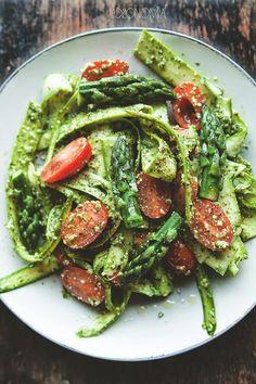 Tagliatelle ze szparagów z pietruszkowym pesto » Jadłonomia · wegańskie przepisy nie tylko dla wegan