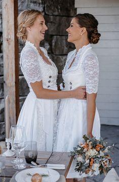 Frauenpower - Ihr seid verlobt und auf der suche nach dem perfekten Hochzeitskleid? Gerne kreeiren wir einen harmonsich aufeinander abgestimmten Look. Euer Wünsche und Individualität steht dabei an erster Stelle Fotografie: Salome Sommer @salomesommer.videografie Make Up: @fine_makeup_art Schmuck: @Juwelierwieland Models: @patiii1608, @Rominaalena Fitting: @l.dso Floristik: @blumenollesch Location:@chiemsee_chalet Dekoration und Organisation:@myprettywedding.de