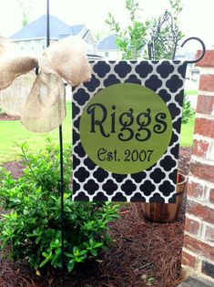 Custom Personalized Yard Sign Scallop Name Circle Burlap Crafts, Diy Crafts, Burlap Flag, Yard Flags, Outdoor Flags, Garden Signs, Silhouette Cameo Projects, Front Door Decor, Animal Crafts