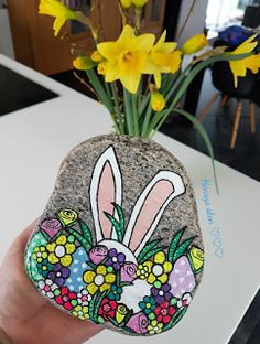 Pebble Painting, Pebble Art, Stone Painting, Rock Painting, Spring Arts And Crafts, Diy And Crafts, Painted Rock Animals, Painted Rocks, Rock Flowers