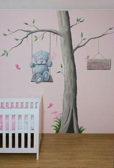 Me to you muurschildering boom op roze muur voor in de babykamer, gemaakt door BIM Muurschildering.   Me to You bear mural painting nursery